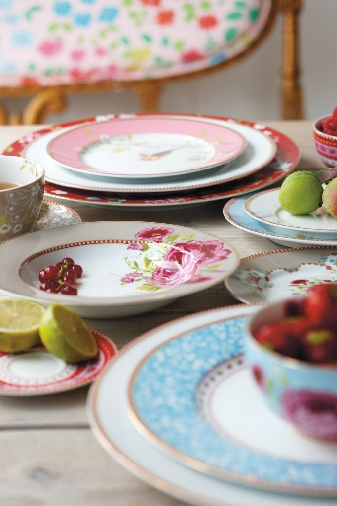 """שולחן ערוך צבעוני (צילום יח""""צ)"""