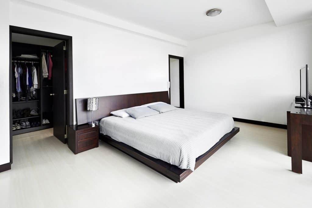 """חדר שינה צבוע בלבן (צילום יח""""צ)"""