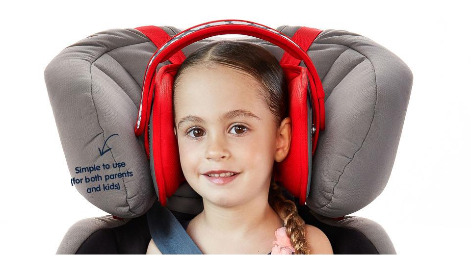 """מגן ראש לילד בכסא בטיחות (צילום יח""""צ חו""""ל)"""
