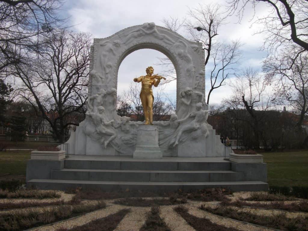 פסלו של שטראוס בגן העיר וינה (צילום דני בר)
