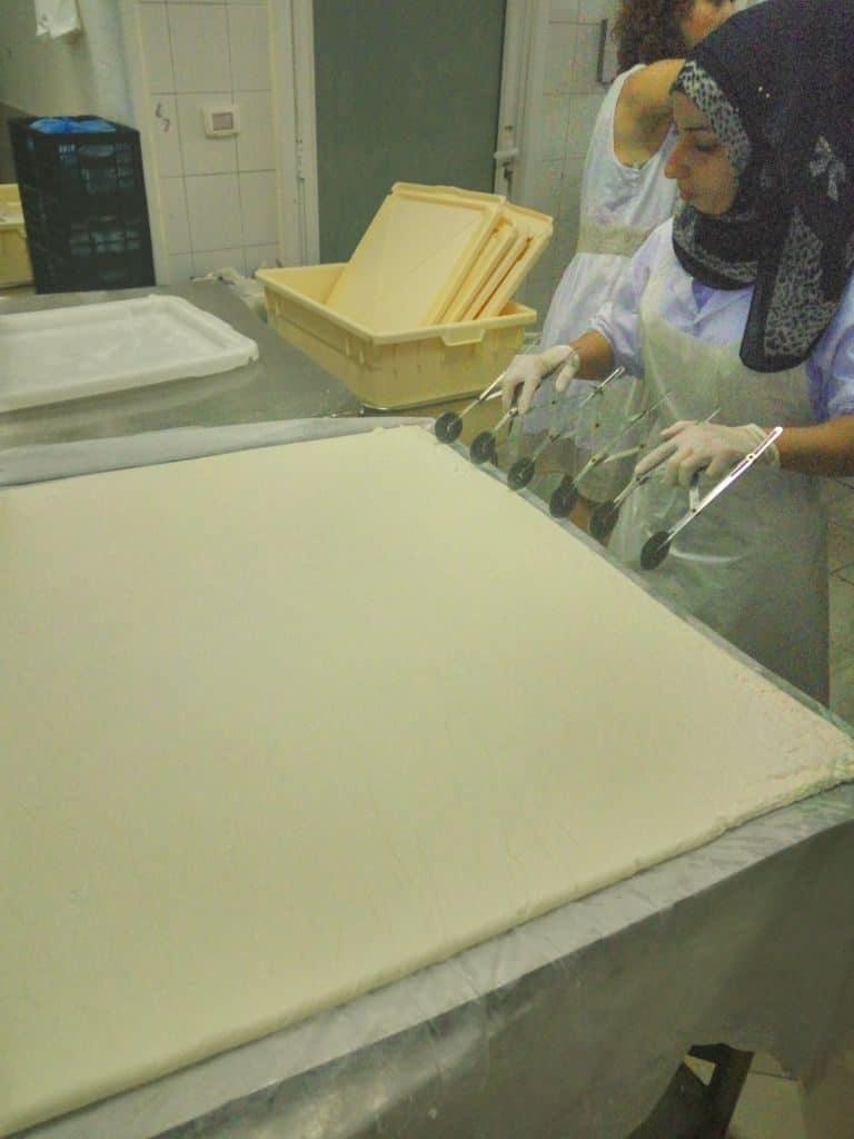 הכנת גבינה ערבית לכנאפה (צילום דני בר)