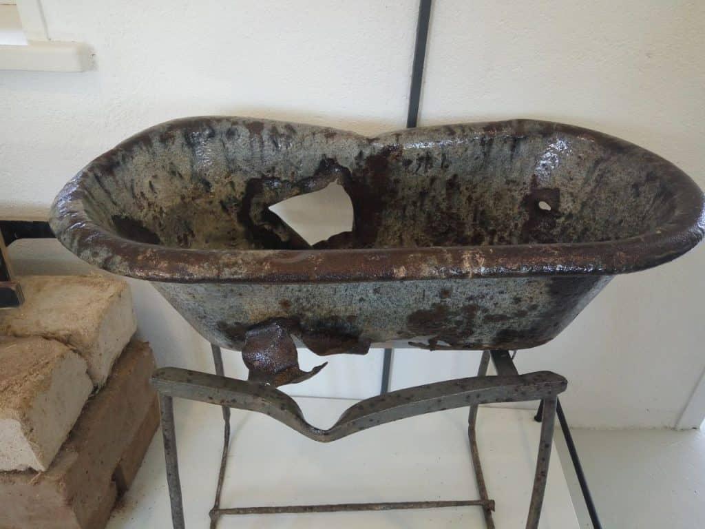 האמבטיה ששרדה בבית הילדים 1948 (צילום דני בר)