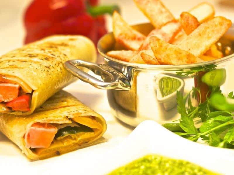 רול טורטייה במילוי ירקות גריל עם ממרח פסטו.(צילום CF-ART)