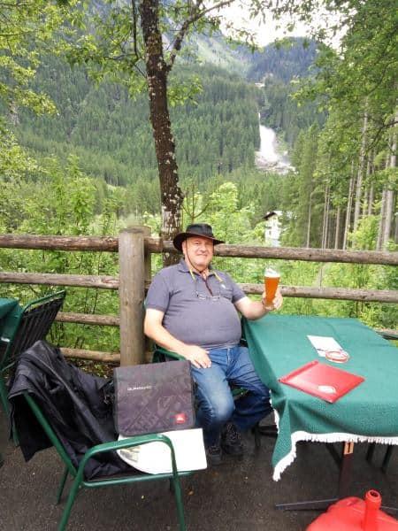 כוס בירה וברקע מפל קרימל (צילום דני בר)