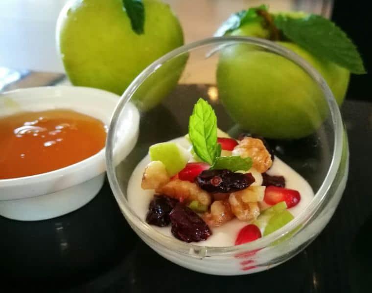 סלט תפוחים ורימונים - הצעת הגשה (צילום גיא מישלי)