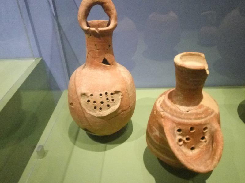 כוסות לשתיית בירה שנמצאו בחירבת קיאפה - לפני 3000 שנה (צילום דני בר)