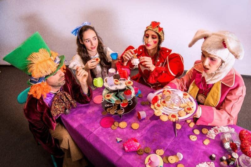 מסיבת התה של אליס בארץ הפלאות (צילום אדם יהב)