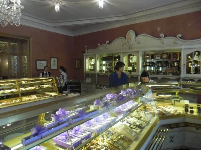 חלון הראוה של בית קפה קלאסי (צילום דני בר)