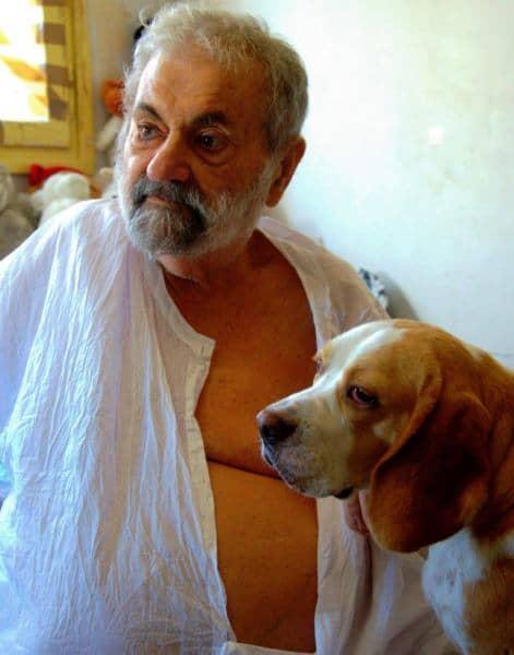 דיוקן של מנשה קדישמן עם כלב (צילום גרשון שלוינסקי)