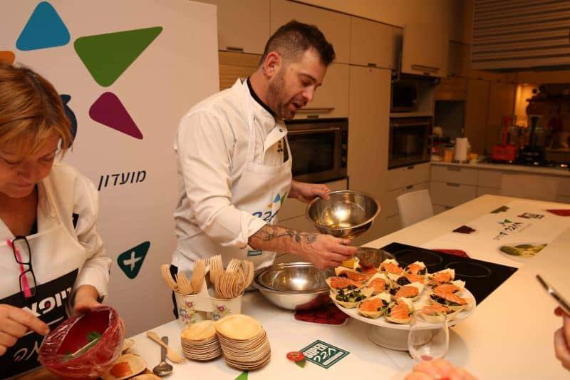עומר מילר מכין מאכלי SUPER חבר (צילום חן גלילי)