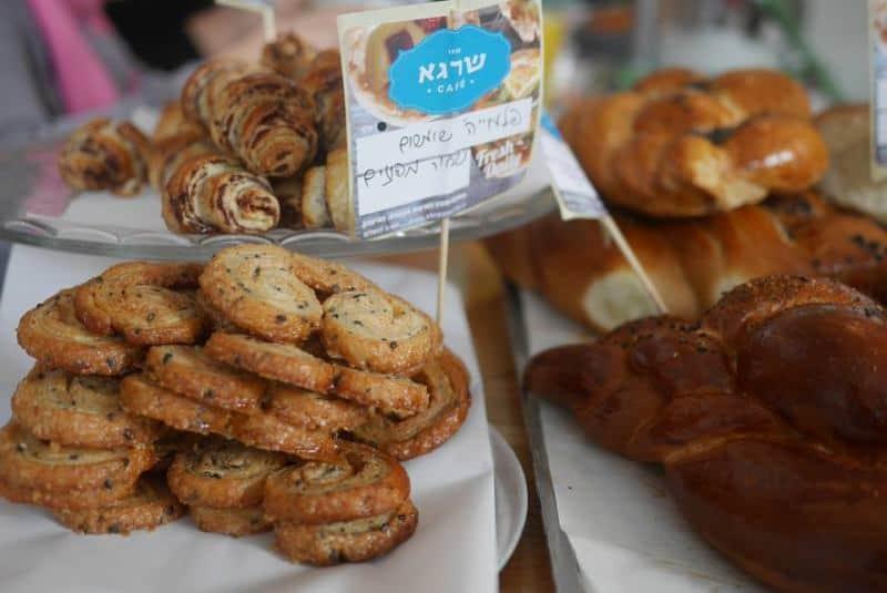 שרגא קפה ירושלים עם עוגיות של נעמה גאון (צילום שרגא קפה)