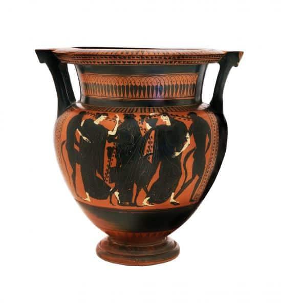 קְרָטֶר עמוד אַטִּי שחור דמויות ועליו תיאור של דיוניסוס, סִילֶנים ומֵנָדוֹת (צילום ולדימיר נייחון)