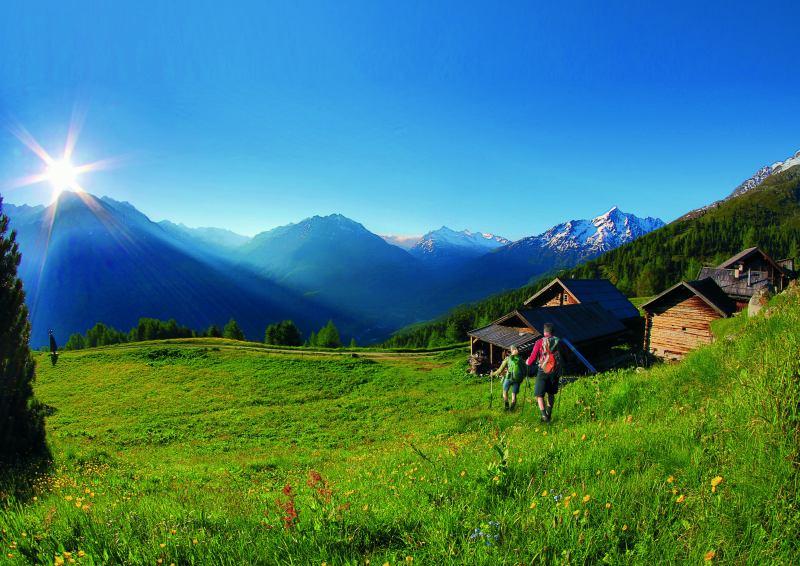 """הליכה בנוף טירולי טיפוסי של Sölden- Gampe alp (צילום יח""""צ תיירות טירול)"""