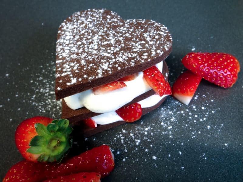 עוגיות שוקולד, קרם שוקולד לבן ותותים (צילום נטע דביר)